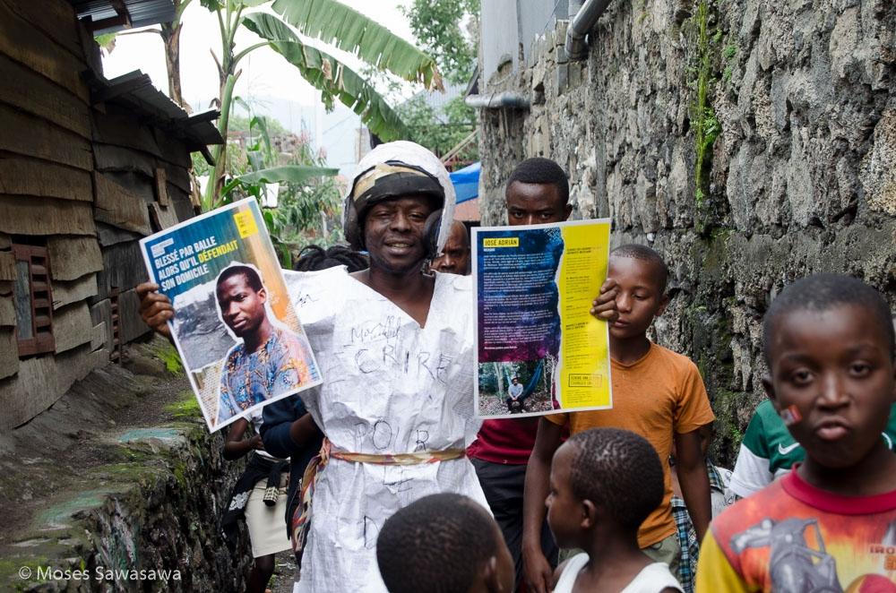 Een Amnesty-supporter verkleed als een brief promoot de jaarlijkse schrijfactie van Amnesty International in de Democratische Republiek Congo. © Moses Sawasawa