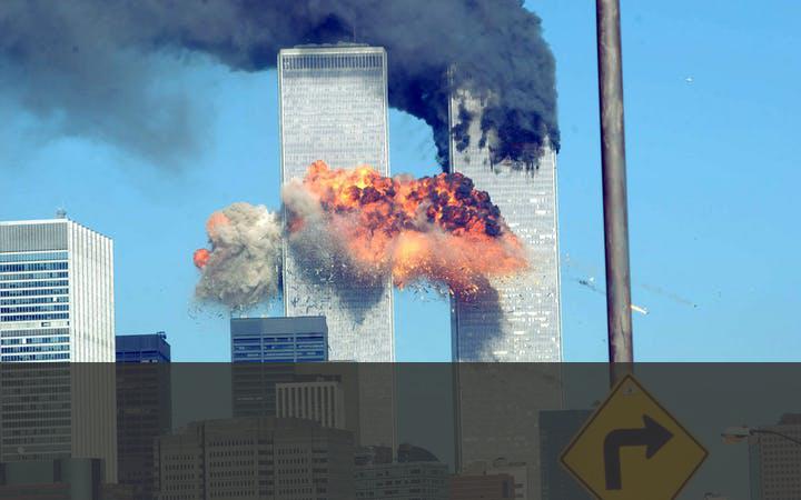 AANSLAGEN IN AMERIKA   Na de aanslagen op de Twin Towers leidden de Verenigde Staten in 2001 een coalitie die de Taliban in Afghanistan omverwierp. De jacht op Bin Laden was geopend, maar hij wist bij de aanval op het Tora Bora-grottencomplex te ontkomen en dook onder. De Amerikaanse inlichtingendienst vond hem uiteindelijk in Abbottabad in Pakistan, waar hij op 2 mei 2011 bij een aanval werd gedood.