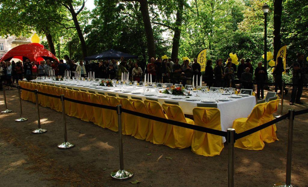 Op 28 mei 2011 viert Amnesty International in België haar vijftigste verjaardag onder het motto 'De strijd gaat voort' in het Brusselse Warandepark. Een grootse feestdis met 50 portretten van mensenrechtenactivisten die er niet bij konden zijn, wordt gevolgd door een toast op de mensenrechten en de vrijheid.