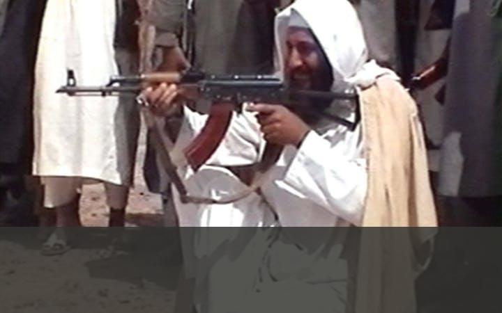 BIN LADEN EN ZIJN AL-QAIDA-NETWERK   Begin jaren 90 begonnen Bin Laden en zijn Al-Qaida-netwerk plannen te maken om de dreigende Amerikaanse dominantie in de moslimwereld tegen te gaan. Het Taliban-regime bood Al-Qaida onderdak. Dat resulteerde in de aanslag op het World Trade Center in New York in 1993 en het bombarderen van de Amerikaanse ambassades in Nairobi (Kenia) en Dar es Salaam (Tanzania) in 1998.