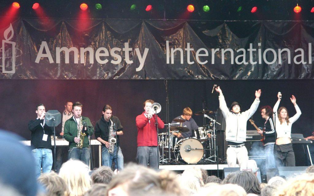 Tussen 2000 en 2010 organiseerde vzw Recht tegen Onrecht 10 maal een benefietconcert op de Antwerpse Groenplaats. Meer dan 150 artiesten stonden op het podium om de mensenrechtenorganisatie een hart onder de riem te steken.