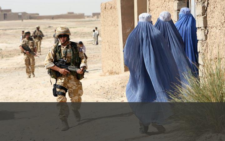 DE TALIBAN BEGINNEN GUERILLA-OORLOG   Vanuit de bergen tussen Pakistan en Afghanistan zetten de Taliban de strijd voort met bloedige aanslagen. Er kwam een NAVO-veiligheidsmacht, International Security Assistance Force (ISAF), waar ook Nederland aan bijdroeg. Door het leger, de politie, rechters en advocaten te trainen, moest de bevolking meer vertrouwen in deze wetshandhavers krijgen en moest de rechtsstaat worden versterkt. De missie duurde tot eind 2014 waarna militaire adviseurs achterbleven.