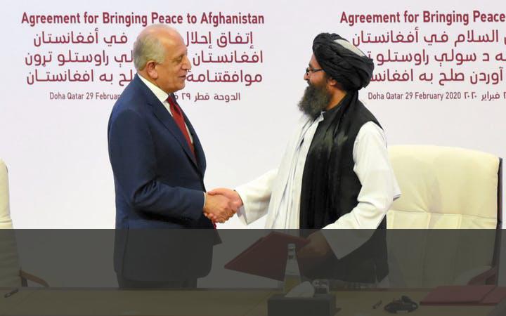 DE TALIBAN EN DE VS SLUITEN EEN DEAL   In februari 2020 sloten de Taliban een akkoord met de VS over het terugtrekken van de troepen uit Afghanistan. Overeengekomen werd dat de VS en de NAVO zich voor 1 mei 2021 zouden terugtrekken. Als tegenprestatie moesten de Taliban geweld tegen de VS en hun bondgenoten voorkomen. In september mislukten de vredesonderhandelingen tussen de Taliban en de Afghaanse regering om een einde te maken aan de bijna 20-jarige oorlog.