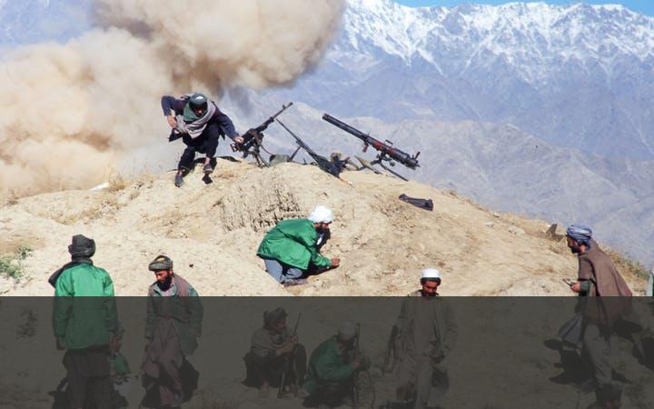 DE TALIBAN GRIJPEN DE MACHT   Vanuit het zuidwesten van Afghanistan breidden de Taliban hun invloed snel uit. In 1996 veroverden ze de Afghaanse hoofdstad Kabul, waarbij ze het regime van president Rabbani, een van de grondleggers van de moejahedien, omverwierpen. Twee jaar later hadden de Taliban bijna heel Afghanistan in handen. Alleen Pakistan, Saudi-Arabië en de Verenigde Arabische Emiraten erkenden de nieuwe machthebbers.