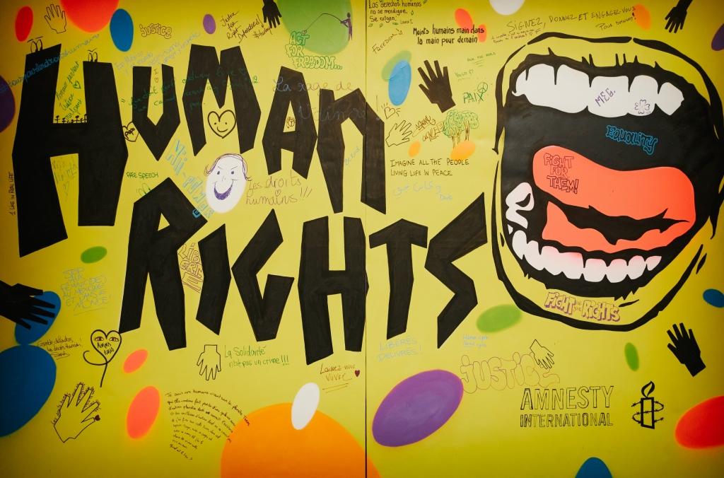 Amnesty Frankrijk installeerde een kleurrijke Human Rights Graffiti Wall tijdens hun grote schrijfactie op de Dag van de Mensenrechten, als hoogtepunt van hun '10 days to sign'-campagne. (c) christophemeireis.com