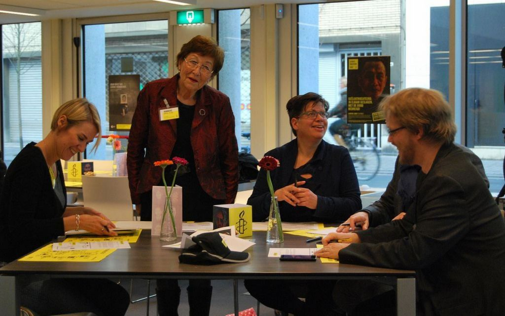 Op 10 december 2014 organiseerde Amnesty Vlaanderen voor het eerst een grote schrijfmarathon. Duizenden mensen kropen in de pen om de mensenrechtenactivisten over de hele wereld te verdedigen. Het resultaat: meer dan 26.000 brieven en acties! Op de foto Amnesty Vlaanderen pionier Hanneke Verploeg.