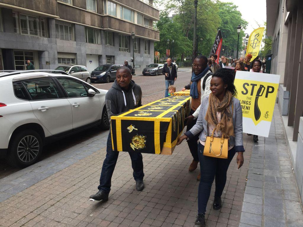 Met een symbolische rouwstoet trokken we door Brussel om de slachtoffers van de moordpartijen in Beni, Oost- Congo, te herdenken.