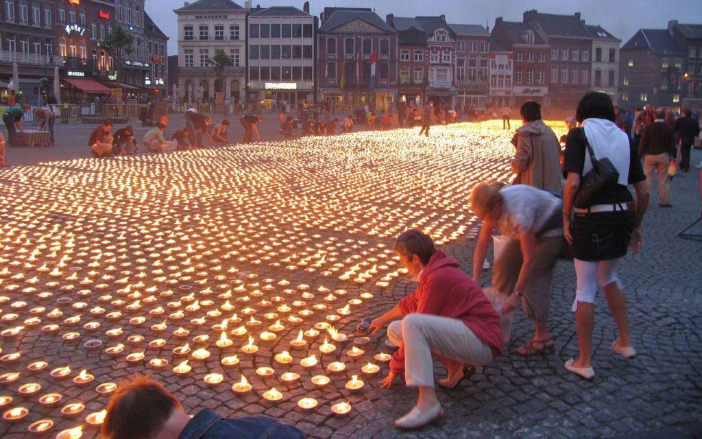 """Op 4 juni  2008 breekt Amnesty International Vlaanderen het wereldrecord """"Largest flaming image using candles"""". Met meer dan 28.000 brandende kaarsen vormt Amnesty haar logo: de kaars met prikkeldraad"""