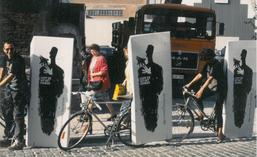 De campagne '30 jaar Amnesty - Licht ze uit het donker' van 1991. Levensgrote schaduwen worden gebruikt als symbool voor slachtoffers van mensenrechtenschendingen