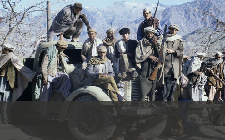 MOEDJAHEDIEN, AL-QAIDA EN DE TALIBAN   Na het vertrek van het Sovjet-leger bestreden verschillende groeperingen elkaar. De moedjahedien kreeg steun van geloofsgenoten uit andere landen. Deze vrijwilligers coördineerden hun acties via een eigen netwerk, Al-Qaida, dat werd geleid door de Saudiër Osama Bin Laden. In het noorden van Pakistan vormden in diezelfde tijd leden van de etnische Pashtun de eveneens fundamentalistische Taliban.