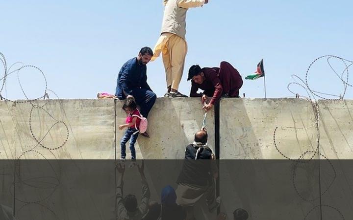 NAVO TREKT TROEPEN TERUG   De NAVO maakte in april 2021 bekend dat het alle militairen uit Afghanistan zou terugtrekken. Ondertussen veroverden de Taliban snel terrein en de ene na de andere stad werd ingenomen. Op 15 augustus 2021 werd hoofdstad Kabul bereikt, ontvluchtte president Ghani het land en kregen de Taliban de macht over heel Afghanistan weer in handen.