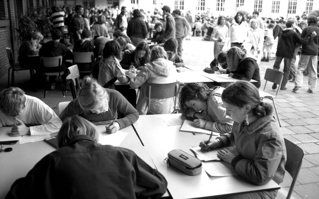 In 1990 lanceert Amnesty Vlaanderen de eerste Schrijf-ze-VRIJdag. 65 scholen en jeugdclubs nemen deel. Veel meer dan verwacht. Ondertussen kruipen elk jaar honderden scholen in hun pen voor mensenrechten, goed voor maar liefst duizenden brieven van jongeren uit heel Vlaanderen.