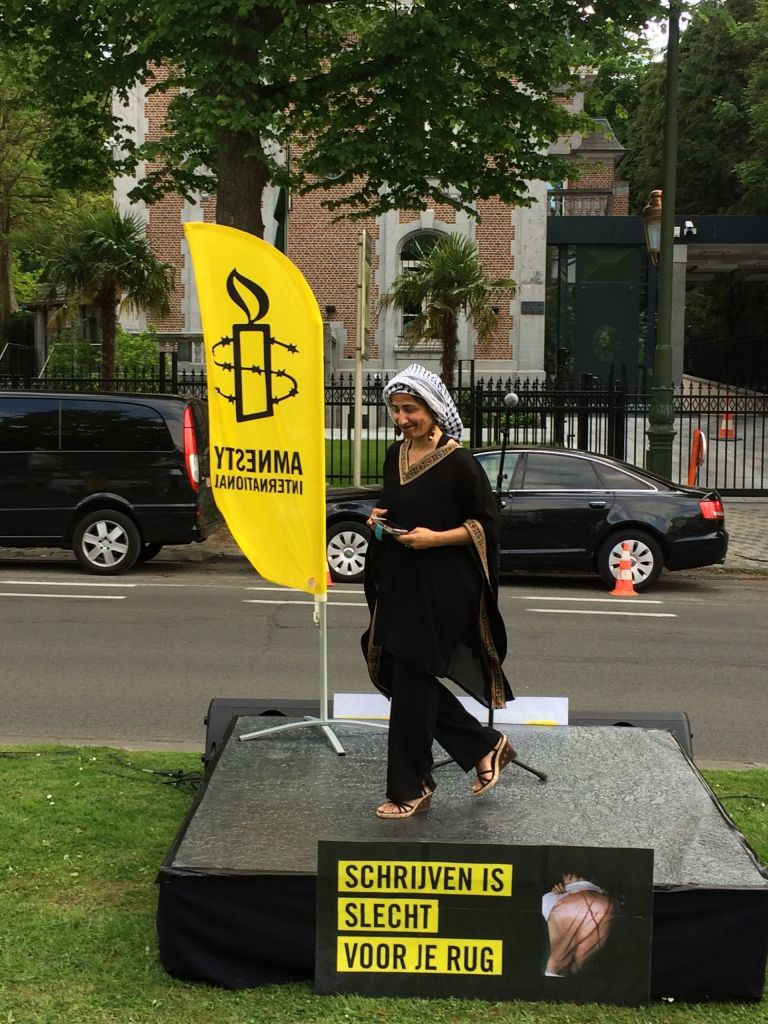 Bij de actie '50 woorden vs. 50 stokslagen' lieten schrijvers hun gedichten en kortverhalen weerkaatsen tegen de gevel van de Saoedische ambassade.