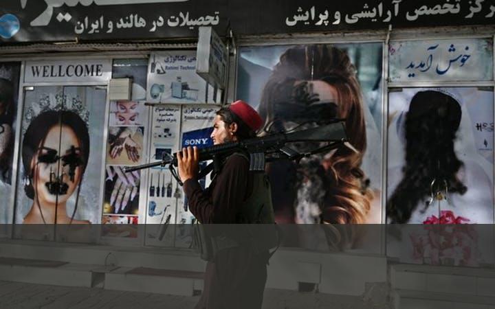 VEEL GEWELD DOOR DE TALIBAN   In 2005 wonnen de Taliban-troepen terrein en voerden ze  tal van wreedheden uit die vooral burgers troffen. Ook de troepen van de door de VS geleide internationale coalitie en het Afghaanse leger maakten talloze burgerslachtoffers. Er waren openbare stenigingen, ledenmaten geamputeerd en geselingen. Met zelfmoordaanslagen – een nieuw fenomeen voor Afghanistan dat blijkbaar is overgenomen van de oorlog in Irak – werden burgers aangevallen.